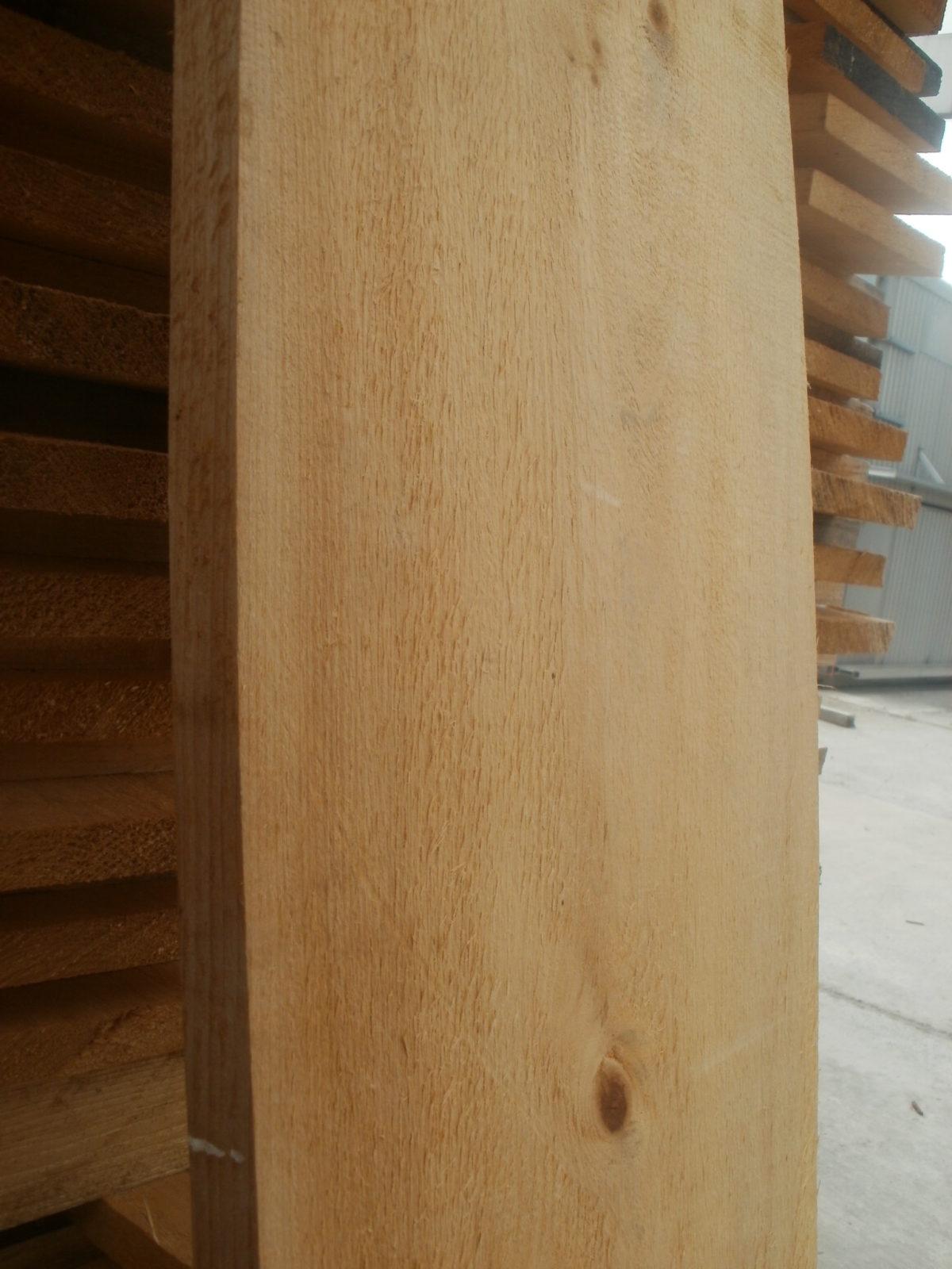 Weymouthskiefernholz nach dem Einschnitt